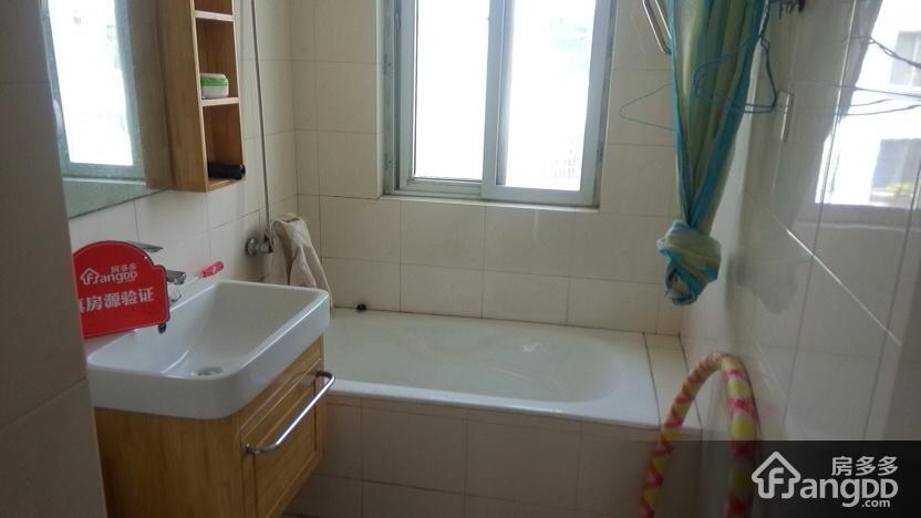 卫生间:全地板砖装修干净整洁